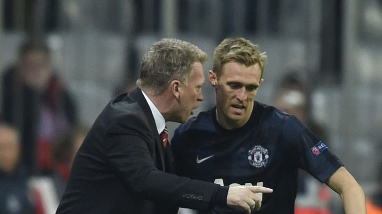 Manchester United's Scottish manager David Moyes speaks with Darren Fletcher during the UEFA Champions League quarter-final