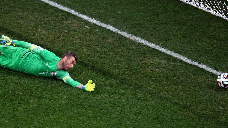 Stipe Pletikosa cannot keep out Neymar's equaliser