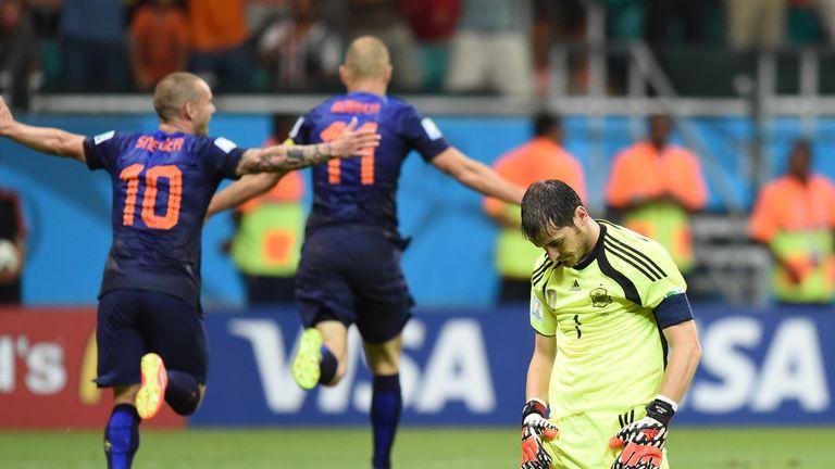 Spain's goalkeeper Iker Casillas (R) reacts after Netherlands' forward Arjen Robben (back C) and Netherlands' midfielder Wesley Sneijder (L) celebrate