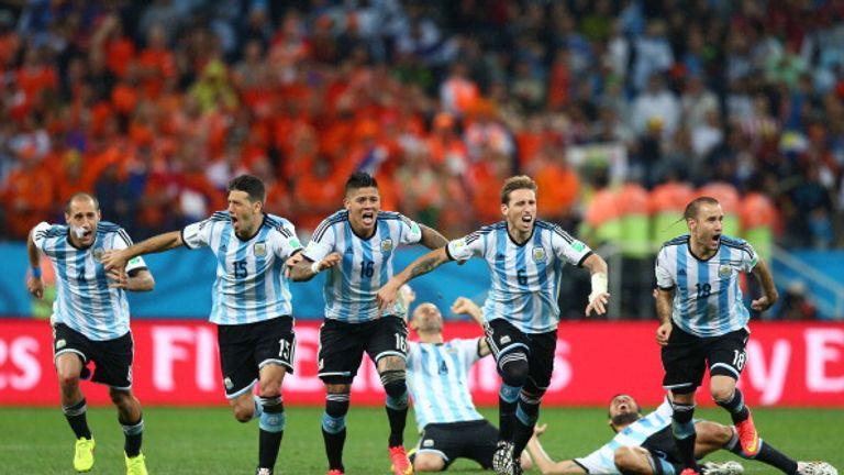 SAO PAULO, BRAZIL - JULY 09:  Lionel Messi, Pablo Zabaleta, Martin Demichelis, Marcos Rojo, Lucas Biglia, Javier Mascherano, Rodrigo Palacio and Ezequiel G