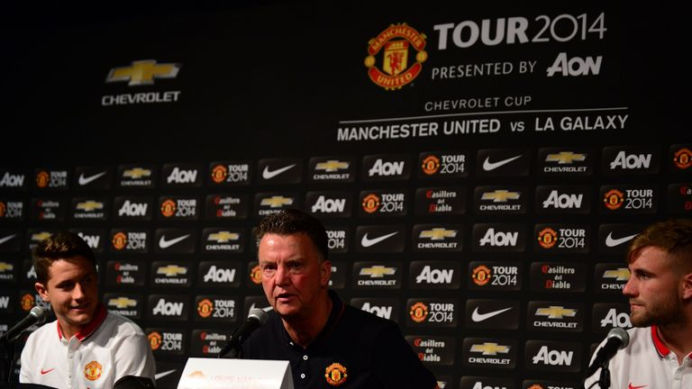 Manchester United's new coach Louis Van Gaal (C) was introduced with two new signings, Ander Herrera (L) and Luke Shaw (R) during a press conference ahead