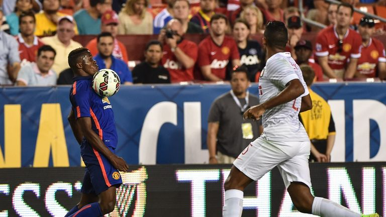 Manchester United's Wilfried Zaha (l) controls the ball in front of Inter Milan's Juan Jesus