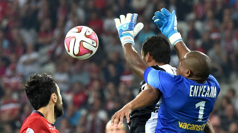 Lille's Nigerian goalkeeper Vincent Enyeama (R) vies with Metz's Senegalese forward Moussa Gueye (2ndR)