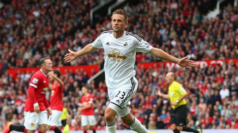 Gylfi Sigurdsson celebrates scoring Swansea City's winning goal to make it 2-1