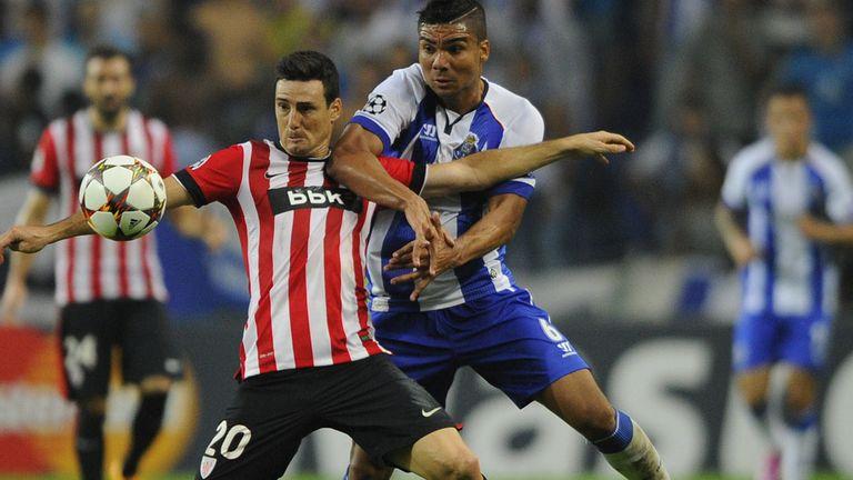 Athletic Bilbao's Aritz Aduriz (L) vies with Porto's Casemiro
