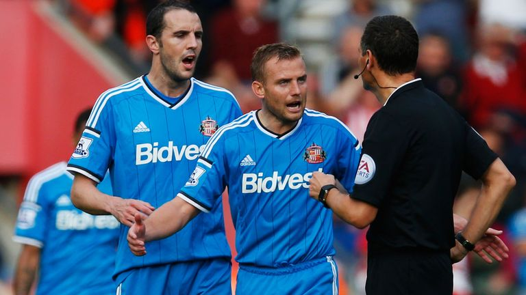 SOUTHAMPTON, ENGLAND - OCTOBER 18:  Lee Cattermole (6) and John O'Shea (16) of Sunderland appeal to referee Andre Marriner during the Barclays Premier Leag