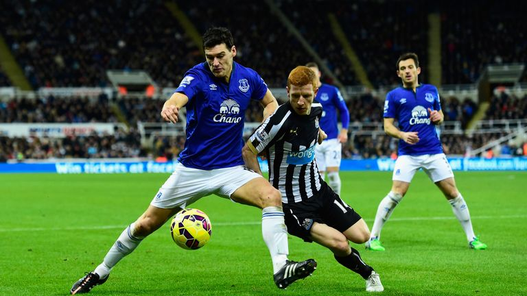 NEWCASTLE UPON TYNE, ENGLAND - DECEMBER 28:  Everton player Gareth Barry (l) challenges Jack Colback during the Barclays Premier League match between Newca