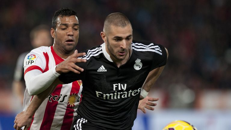Karim Benzema keeps possession for Real Madrid
