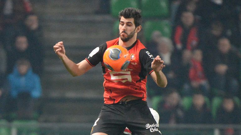 Rennes' Portuguese forward Nelson Oliveira controls the ball  during the French L1 football match Rennes against