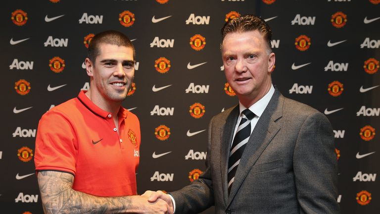 Victor Valdes poses with manager Louis van Gaal after signing for Manchester United