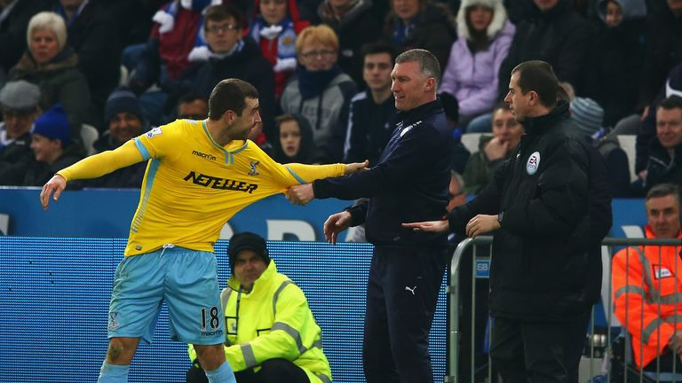 Nigel Pearson, manager of Leicester City exchanges words with James McArthur of Crystal Palace