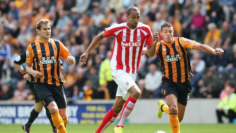 HULL, ENGLAND - AUGUST 24:  Steven N'Zonzi of Stoke City breaks with the ball during the Barclays Premier League match between Hull City and Stoke City at