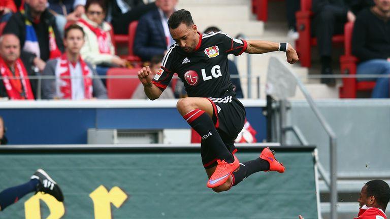 Karim Bellarabi of Leverkusen outjumps Junior Diaz in spectacular fashion