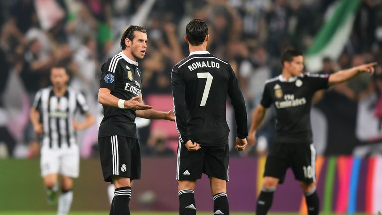 TURIN, ENGLAND - MAY 05:  Gareth Bale and Cristiano Ronaldo of Real Madrid CF lin discussion as Alvaro Morata of Juventus scores their first goal during th