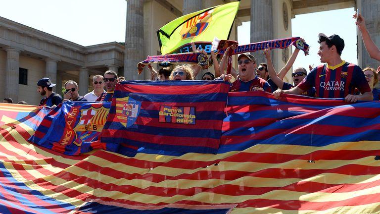 Barcelona fans enjoy the atmosphere at the Brandenburg Gate