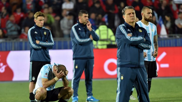 Argentina coach Gerardo Martino (front) with defenders Nicolas Otamendi (R) and Pablo Zabaleta (L, bottom)