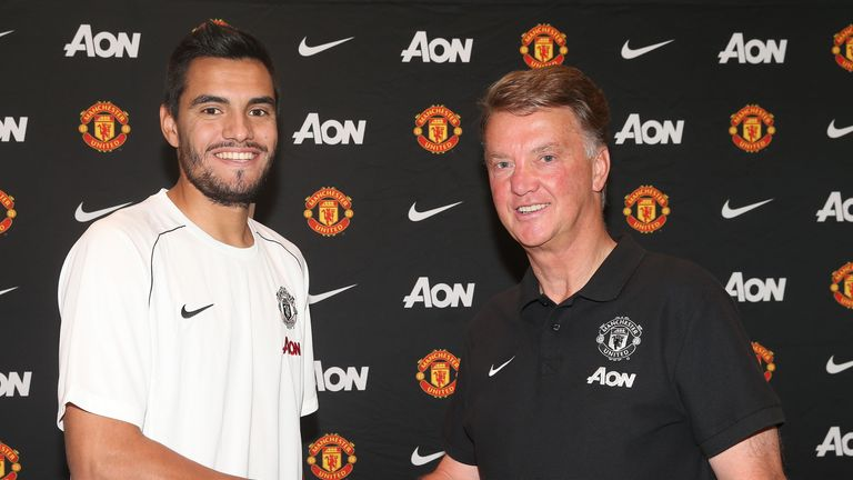 Argentina goalkeeper Sergio Romero has signed a three-year deal at Manchester United, with the option of a fourth