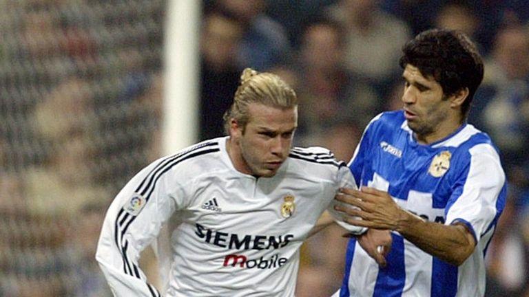 Real Madrid's David Beckham (L) vies with Deportivo la Coruna's Juan Carlos Valeron (R) in a Liga match at Santiago Bernabeu stadium in 2003