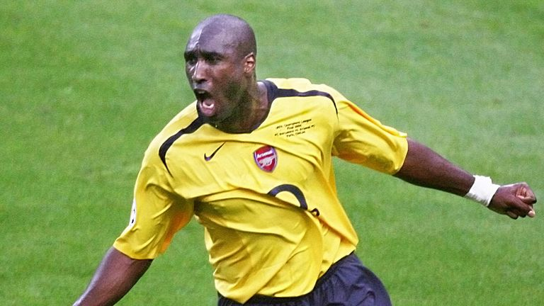 Saint-Denis, FRANCE:  Arsenal's English defender Sol Campbell celebrates after scoring during the UEFA Champion's League final football match Barcelona vs.