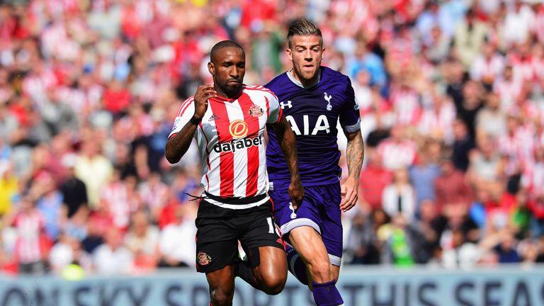 Jermain Defoe of Sunderland is chased by Toby Alderweireld of Tottenham Hotspur