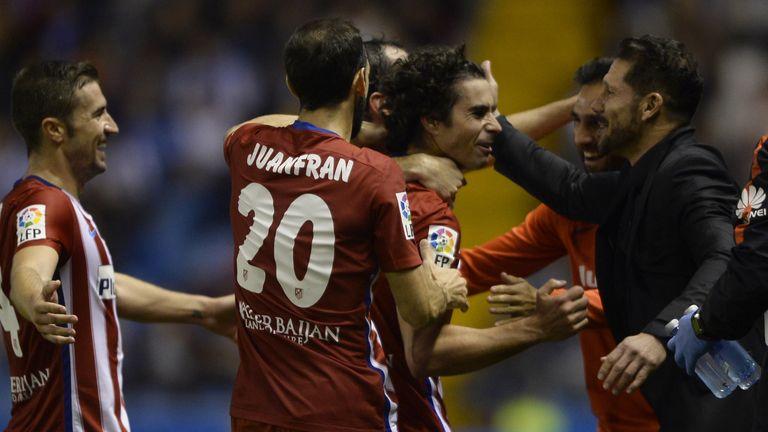 Atletico Madrid's Portuguese midfielder Tiago (L) celebrates with Argentinian coach Diego Simeone  (R)