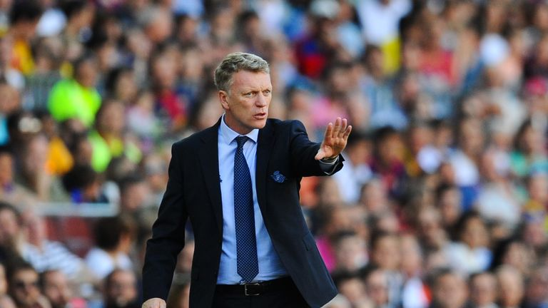 BARCELONA, SPAIN - MAY 09:  Head coach David Moyes of Real Sociedad directs his players during the La Liga match between FC Barcelona and Real Sociedad de