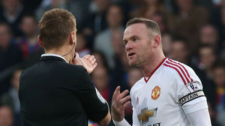 Wayne Rooney complains to referee Mike Jones