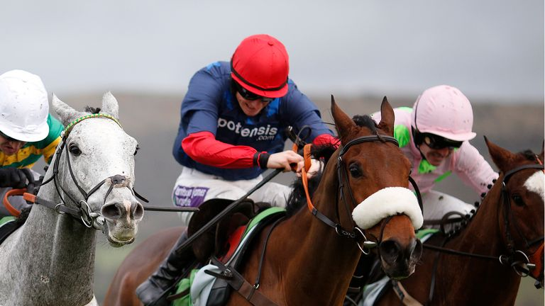 Old Guard gets the better of Sempre Medici and Hargam in a thrilling finish to the stanjames.com International Hurdle.
