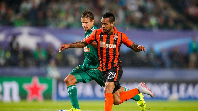 VIENNA, AUSTRIA - AUGUST 19:  Louis Schaub of Vienna (L) competes for the ball with Alex Teixeira of Donetsk