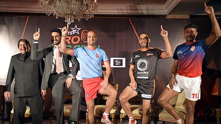 Abhishek Bachchan (L) with U Mumbai's Anup Kumar (2R), Jaipur Pink Panthers's Navneet Gautam (C), Dabang Delhi's Kashiling Adake (R)