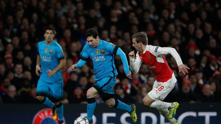 Arsenal's Nacho Monreal (r) vies with Barcelona's Messi