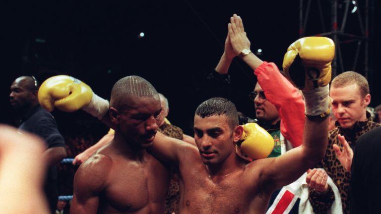Naseem Hamed (R) had too much for Steve Robinson