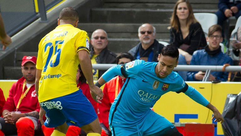 Barcelona's Brazilian forward Neymar (R) vies with Las Palmas' midfielder Roque Mesa Quevedo