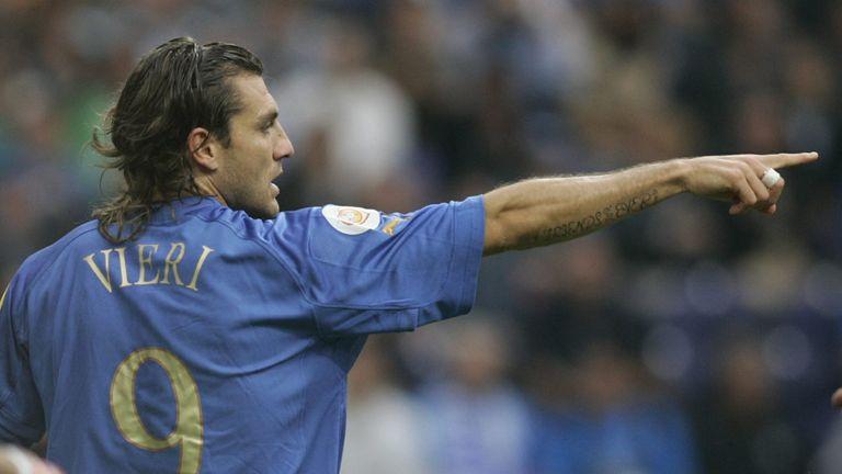 PORTO, PORTUGAL - JUNE 18:    Fussball: Euro 2004 in Portugal, Vorrunde / Gruppe C / Spiel 14, Porto; Italien - Schweden ( ITA - SWE ); Christian VIERI / I