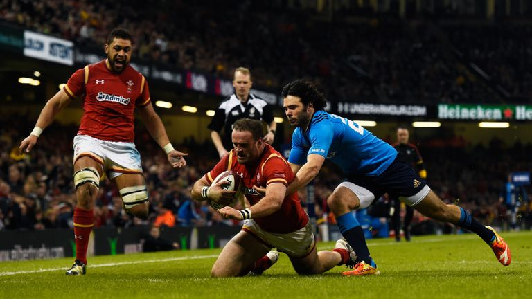 Jamie Roberts beats Luke McLean to score Wales' fourth try