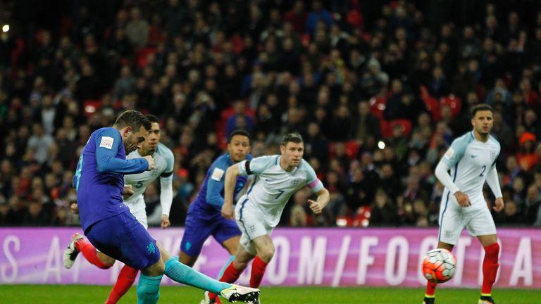 Netherlands' striker Vincent Janssen (L) scores an equalising goal for 1-1 from the penalty spot