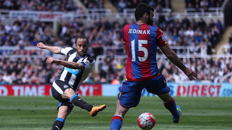 Andros Townsend of Newcastle United shoots at goal