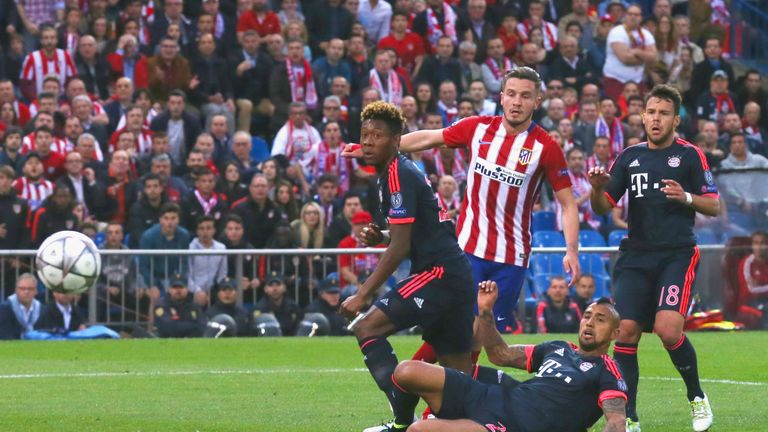 MADRID, SPAIN - APRIL 27:  Saul Niguez of Atletico Madrid beats David Alaba, Arturo Vidal and Juan Bernat of Bayern Munich as he scores