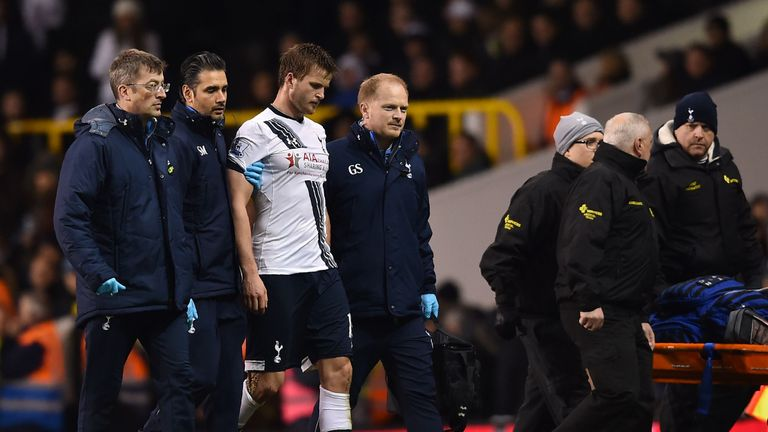 Eric Dier (3rd L) leaves the pitch against West Bromwich Albion