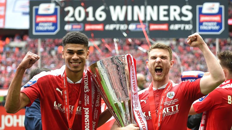 Sam Winnall (R) won promotion and the Johnstone's Paint Trophy with Barnsley last season