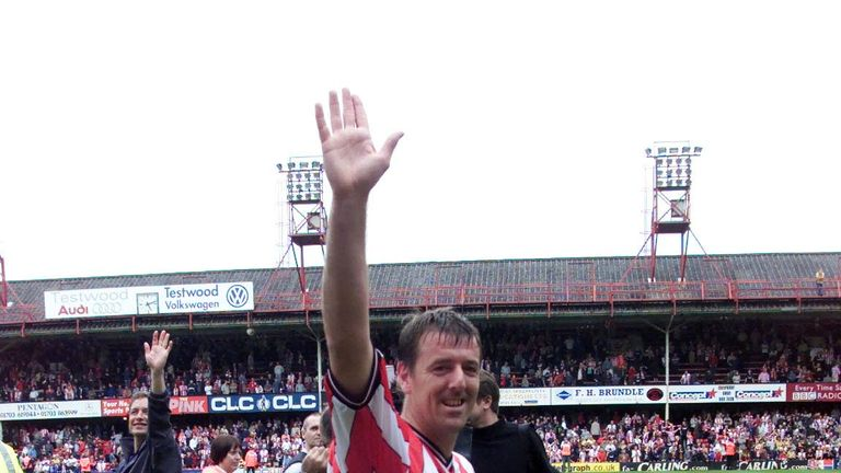 Le Tissier waves goodbye to The Dell for one final time