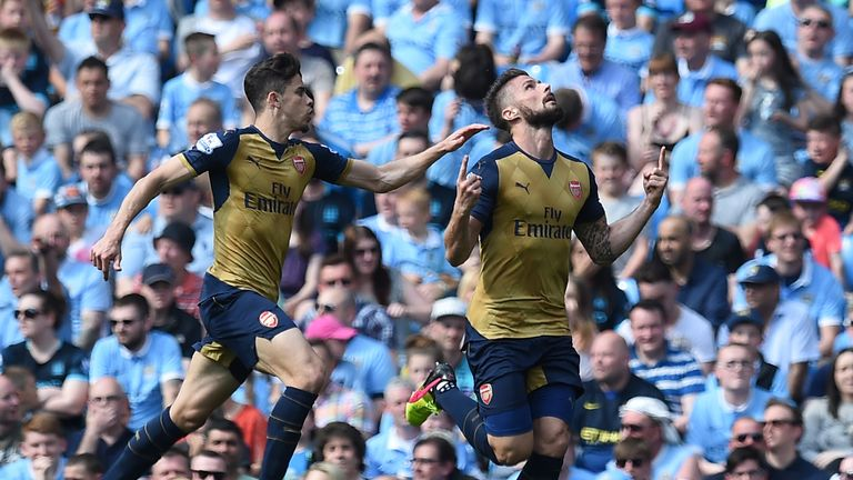 Arsenal's French striker Olivier Giroud (R) celebrates after scoring during the English Premier League football match
