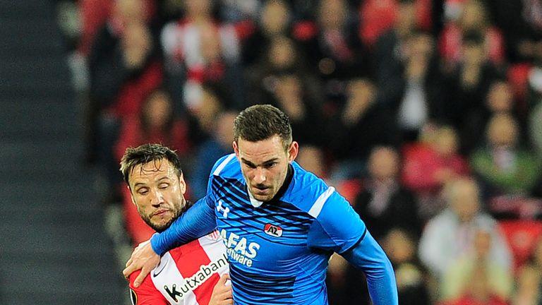 Athletic Bilbao's midfielder Carlos Gurpegi (L) vies with Alkmaar's forward Vincent Janssen during the UEFA Europa League football match Athletic Club Bilb