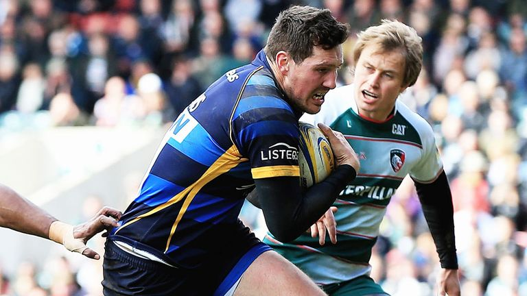 Andy Symons breaks through the Leicester defence while playing for Worcester
