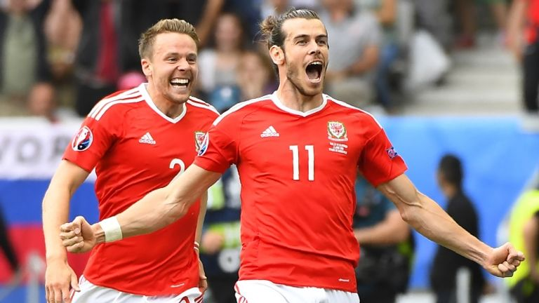 Bale esulta dopo il gol segnato contro la Slovacchia (foto getty)