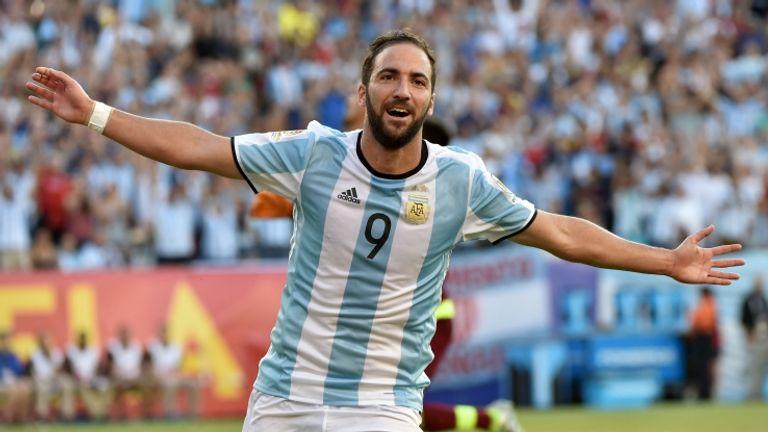 L'agente di Higuain annuncia che l'attaccante non rinnoverà con il Napoli (foto getty)