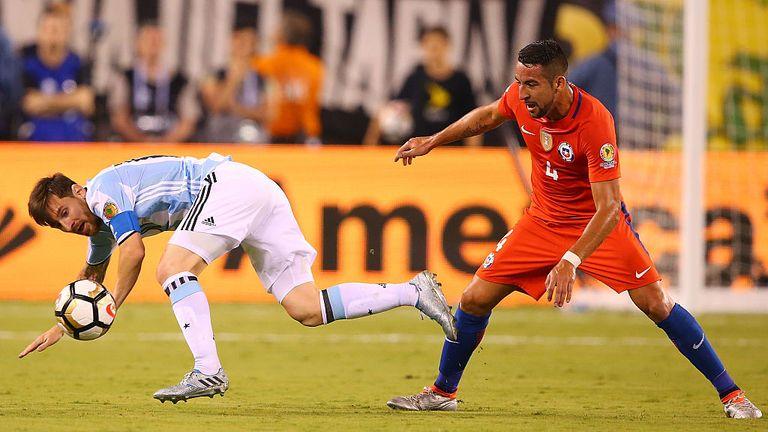 East Rutherford, Nueva Jersey - 26 de junio: Lionel Messi, No. 10 de Argentina, es derrotado por Mauricio Isla # 4 de Chile durante la Copa América Centenario.
