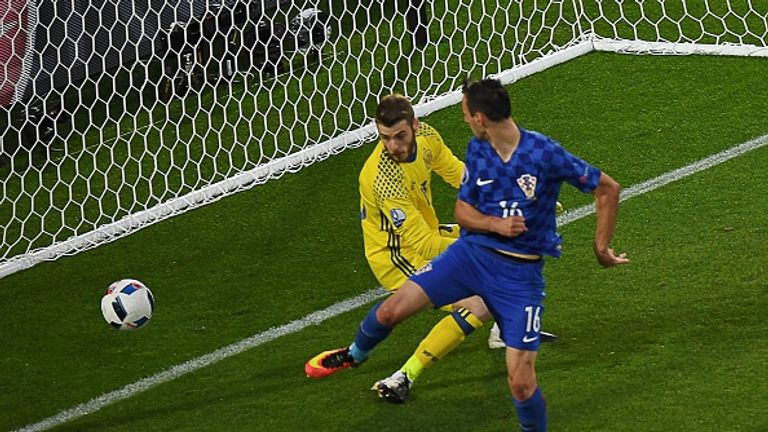 Croatia's forward Nikola Kalinic scores past Spain goalkeeper David de Gea
