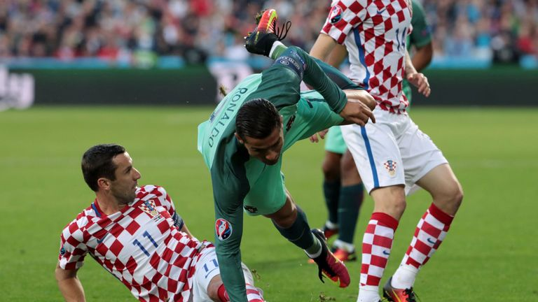 Croatia's defender Darijo Srna (L) vies with Portugal's forward Cristiano Ronaldo during the round of sixteen football match Croatia against Portugal of th