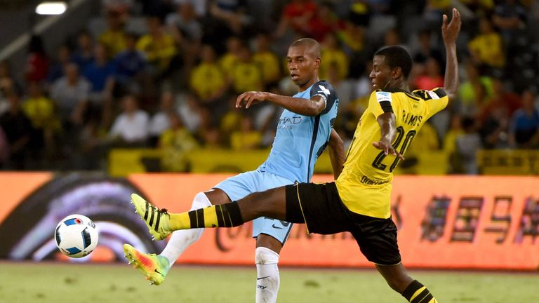 Adrian Ramos (R) fights for the ball with Manchester City midfielder Fernandinho